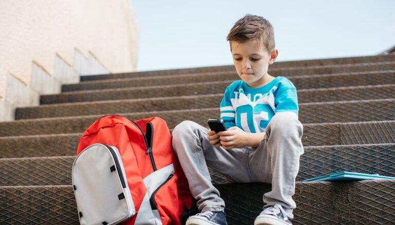 Pedagoģe: jaunieši bieži izvēlas būt tālāk no cilvēkiem un tuvāk tehnoloģijām