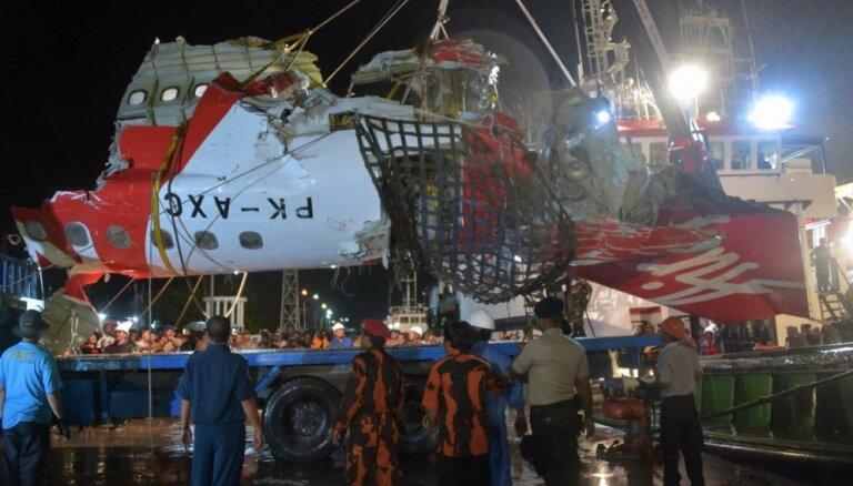 СМИ: Индонезия свернула поиски тел жертв крушения самолета AirAsia