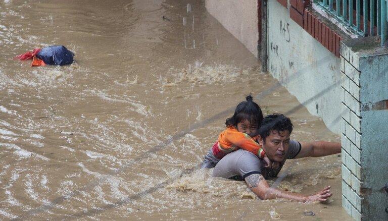 Bojāgājušo skaits Nepālā un Indijā musonu plūdos pārsniedz 100