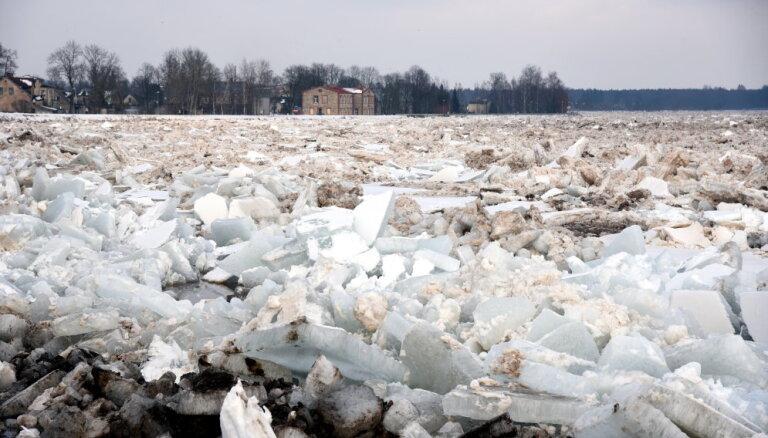 Pie Pļaviņām un Kuldīgas izveidojušies kilometriem gari ledus sablīvējumi