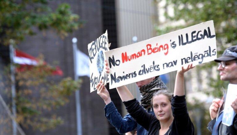 ФОТО: на пикет в поддержку приема беженцев собралось около 80 человек