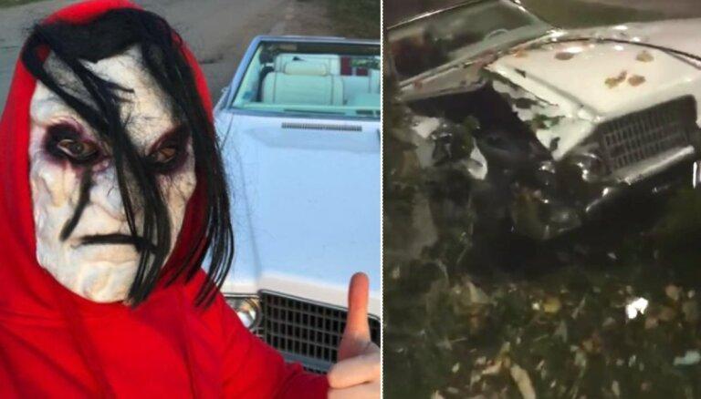 ВИДЕО: в Огре группа молодых людей разбила кабриолет 60-х годов