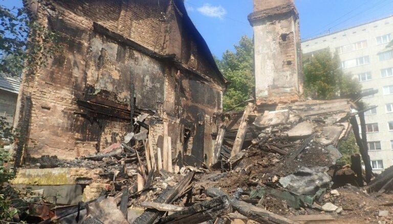 Piespiedu kārtā demontēs aizvadītajā naktī degušo Rīgas graustu