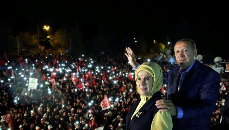 Novērotāji: Turcijas referendums noticis 'nevienlīdzīgā spēles laukumā'