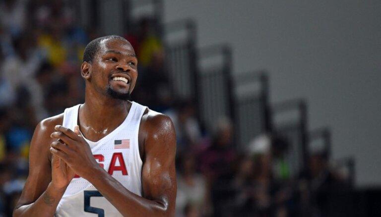 ASV basketbola izlase bez problēmām iekļūst Rio spēļu pusfinālā