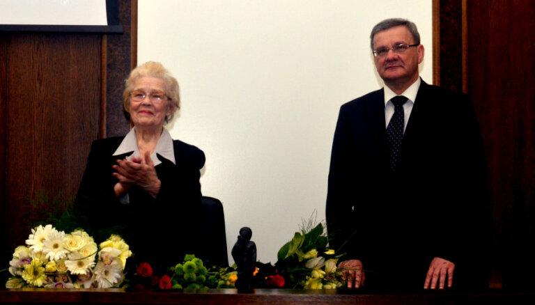 Foto: Daugavpilieši sveic Terēziju Broku sieviešu dienā un par iegūto 'Boņuku'