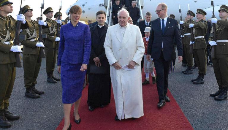 Ar nelielu atkāpi no etiķetes: Igaunijas prezidentes stils, satiekot pāvestu