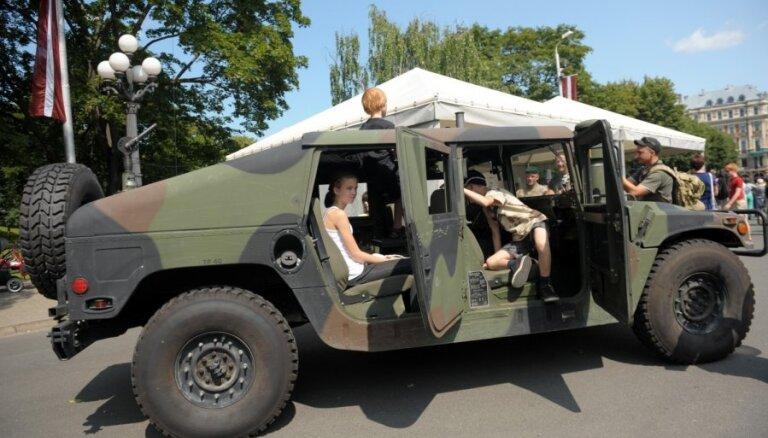 В Латвии для армейских машин введут особые черные номерные знаки