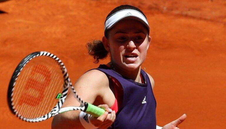 Ostapenko nepabeidz spēli; Latvijas tenisistēm Romas turnīrs noslēdzas pirmajā kārtā