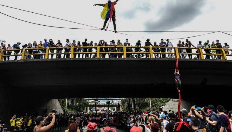 Foto: Tūkstošiem kolumbiešu protestē pret nodokļu reformu