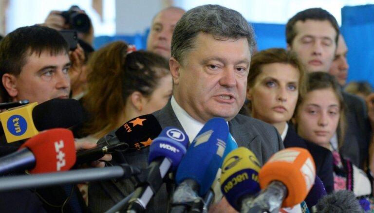 Ukrainas prezidenta vēlēšanās uzvarējis Porošenko, liecina vēlētāju aptauja (plkst.20:18)