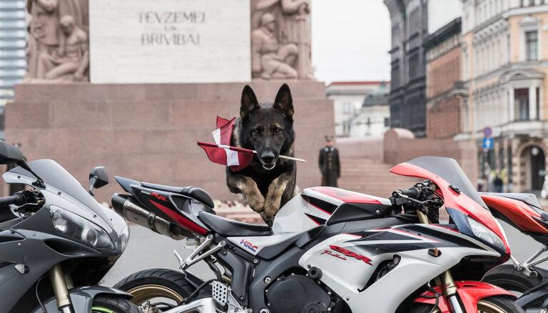 Foto: Motociklistu apsveikums 18. novembrī pie Brīvības pieminekļa