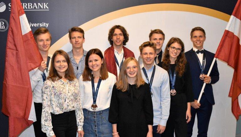 Latvijas skolēni no Starptautiskās ekonomikas olimpiādes Krievijā pārved sešas medaļas