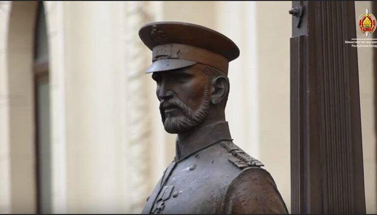 Video: Minskas milicija piespiedusi pusaudzi atvainoties likumsarga skulptūrai
