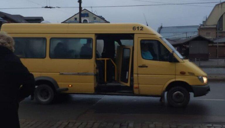 Foto: 'Atsvaidzinošs brauciens mikriņā' – brauciena laikā busam izkrīt durvis