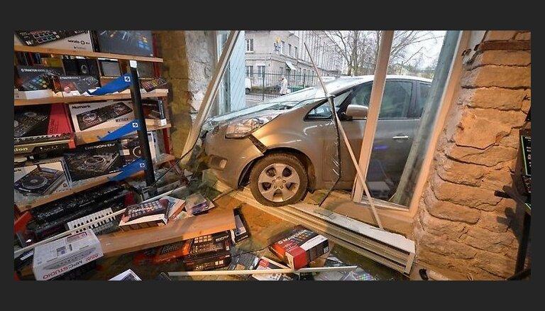 ФОТО, ВИДЕО: В Таллине в результате ДТП автомобиль въехал в окно магазина