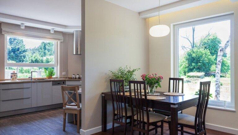 Lieli, mazi, neuzkrītoši un iespaidīgi – logu dažādība virtuvē