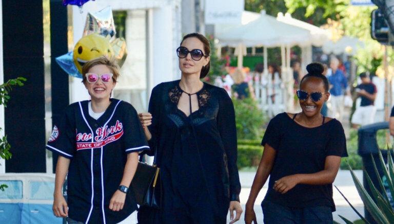 Foto: Andželīna Džolija ar meitām dodas iepirkties