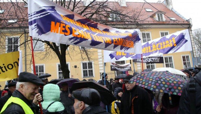 Kārtējā protestā pret pāreju uz mācībām valsts valodā sanākušie sola sūdzēties Krievijai