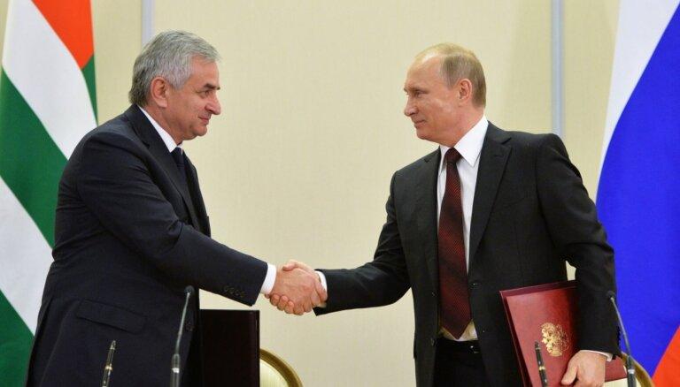 Хаджимба под давлением оппозиции покинул пост главы Абхазии
