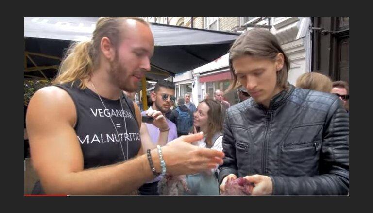 Latvietis vegānu festivālā Lielbritānijā sanikno ļaudis, ēdot neapstrādātu gaļu