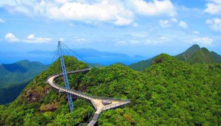 Biedējoši, neparasti vai visnotaļ romantiski: interesanti tilti no visas pasaules