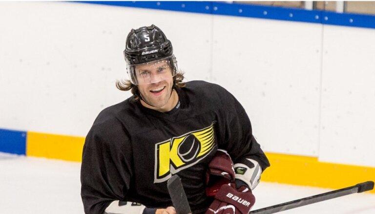 Video: Sprukts iesaistās Latvijas hokeja grandu duelī