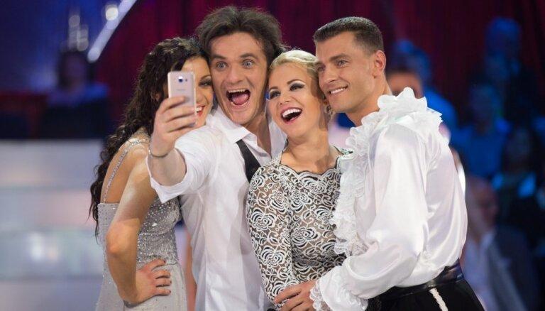 Gintu Grāveli pēc šova apsēduši selfiju kārotāji