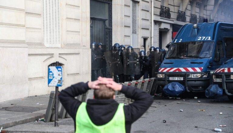 'Dzelteno vestu' protesti Parīzei nodarījuši katastrofālus postījumus, atklāj amatpersona