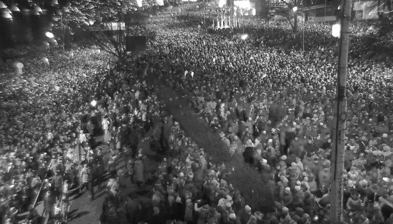 Video no pilsētas kamerām: 'Cilvēku sastrēgums' pēc simtgades svinībām