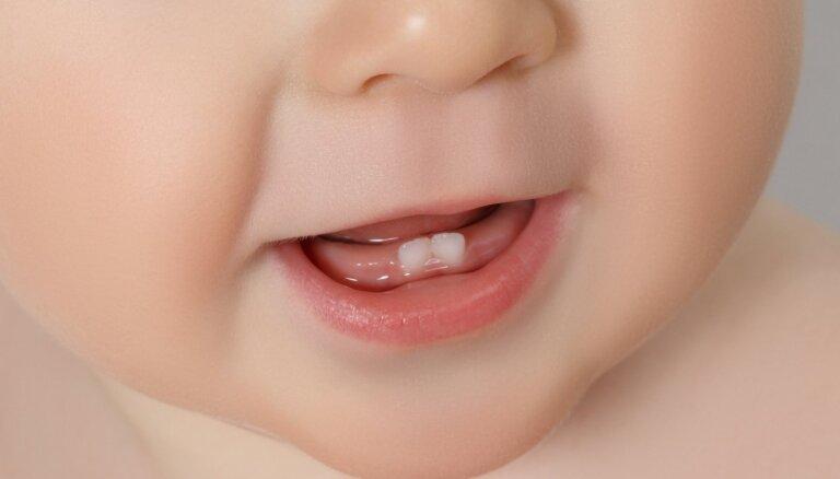 Kā palīdzēt mazulim zobu šķilšanās laikā?
