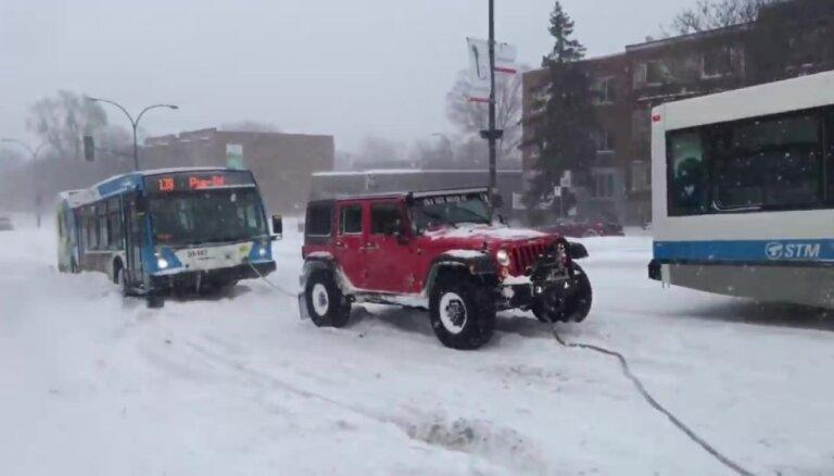 Video: Kanādas sniegputenī trīs apvidnieki velk satiksmes autobusu