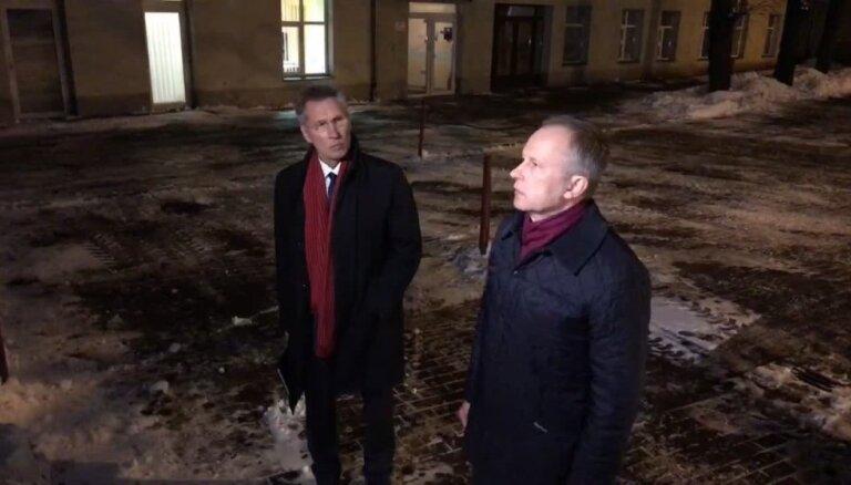 Rimšēvics runā ar žurnālistiem pie KNAB