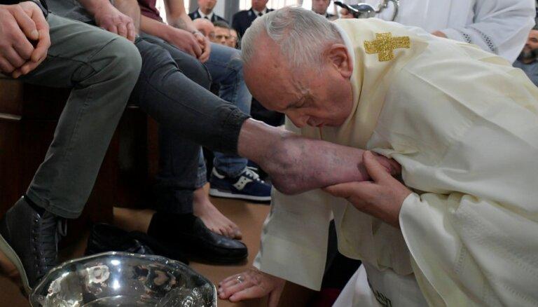 Pāvests Zaļās ceturtdienas rituālā mazgājis kājas 12 ieslodzītajiem