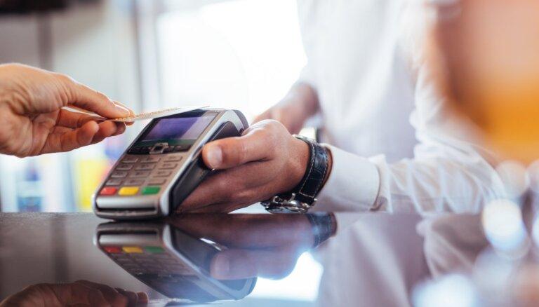 Latvijā pirmajā pusgadā veikti bezskaidrās naudas maksājumi par gandrīz 100 miljardiem eiro