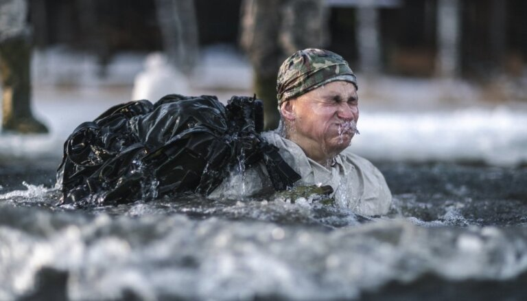 Foto: Karavīri lec āliņģī un trenējas izdzīvot ziemā