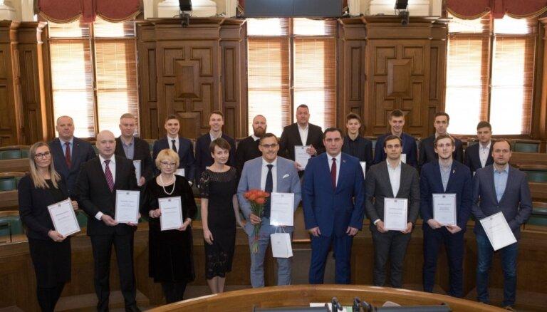 Foto: Saeimas namā sveic Latvijas vīriešu florbola izlasi