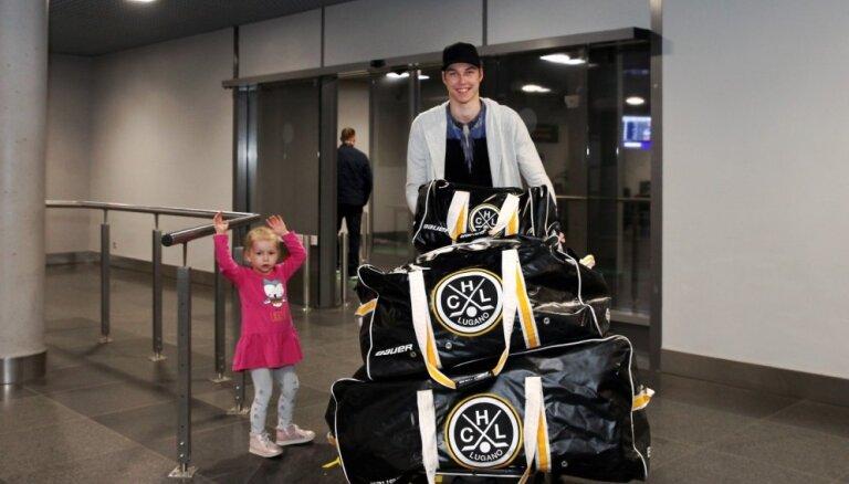 Foto: Latvijas hokeja izlase atgriežas mājās no pasaules čempionāta