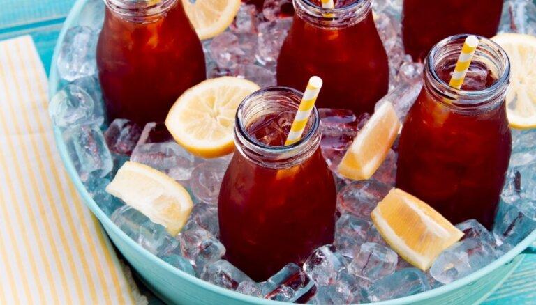 Baudot vasaru un sauli: 14 kokteiļi, kas atvēsinās tveicīgā dienā