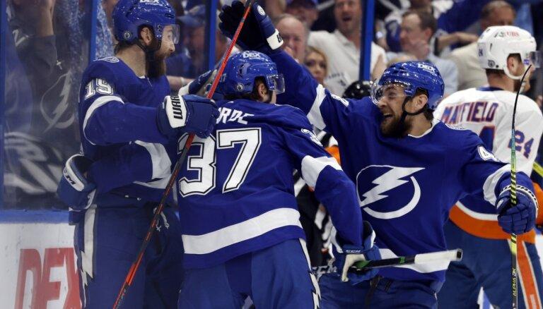 'Lightning' samet astoņas ripas 'Islanders' vārtos un sērijā panāk 3-2
