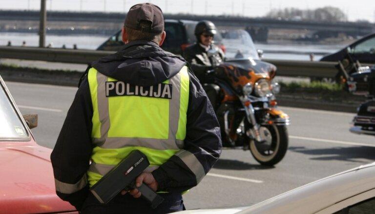 Par kukuļa došanu ceļu policistiem Zemgalē aizturēti divi autovadītāji