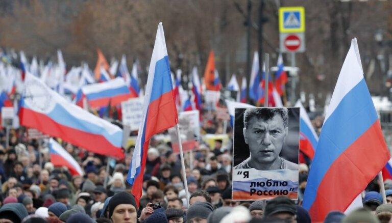 Foto: Noslepkavotā Ņemcova piemiņas gājienā Maskavā dodas ap 10 000 cilvēku