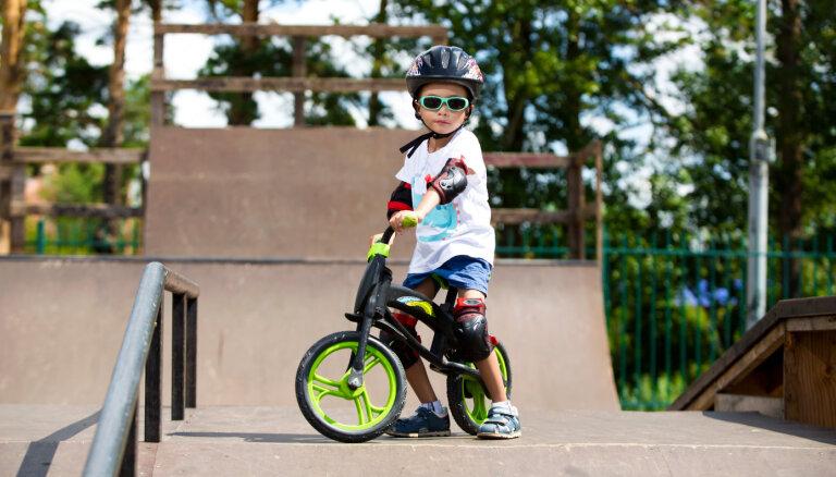 Policija sāk administratīvo lietu par astoņgadnieka braukšanu ar velosipēdu bez ķiveres