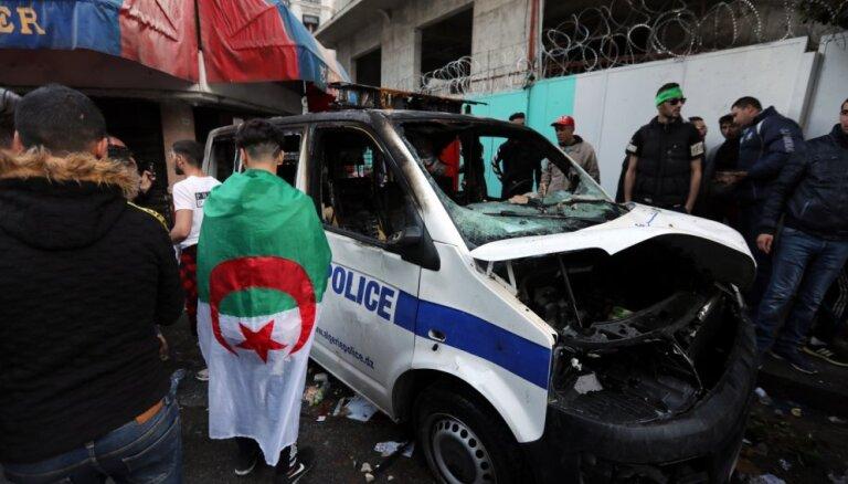 Protestos Alžīrijā policija aizturējusi 108 cilvēkus