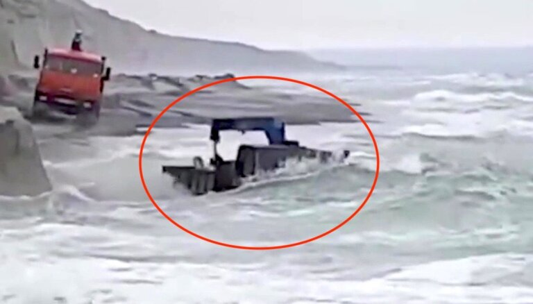 Sahalīnā 'Kamaz' vadītājs bezbailīgi brauc pa piekrasti ar ūdeni līdz kabīnes jumtam