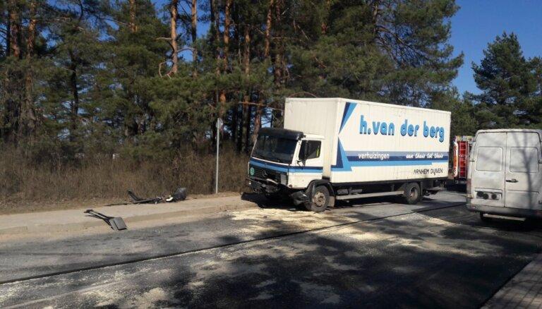 Foto: Divu auto sadursme uz Ērgļu autoceļa Līčos; apgrūtināta satiksme
