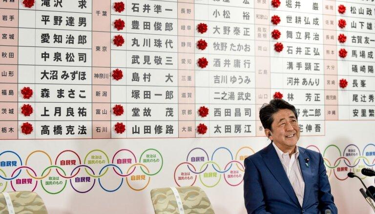 Japānas valdošā koalīcija uzvar parlamenta augšpalātas vēlēšanās, liecina prognozes