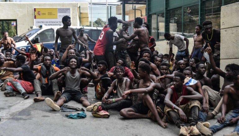 Spānijā ielauzušies vairāk nekā 100 migrantu; ievainoti septiņi policisti