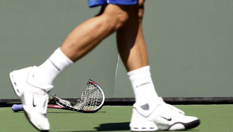 Vimbldonas neveiksmes sekas – salauztas piecas tenisa raketes