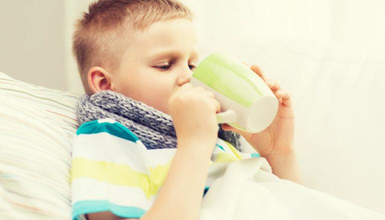 Kā bērnam palīdzēt mājas apstākļos, ja sāp kakls